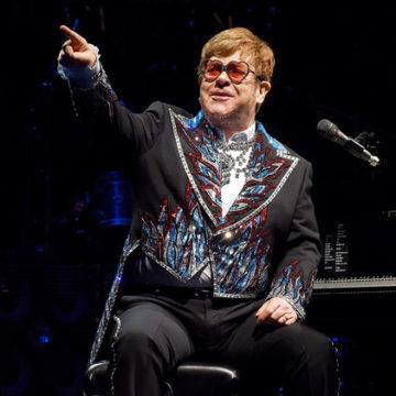Ο Elton John ξεπερνάει το θρύλο του στην εντυπωσιακή τελική συναυλία του Μιλγουόκι στο Fiserv Forum